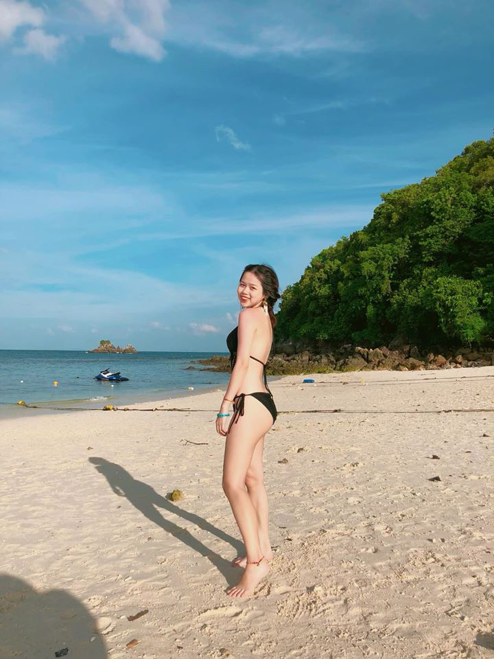 Cô nàng du học sinh e ấp tạo dáng trong trang phục bikini. Đây cũng là những khoảnh khắc hiếm hoi khi Huỳnh Anh khoe trọn body nuột nà của mình.