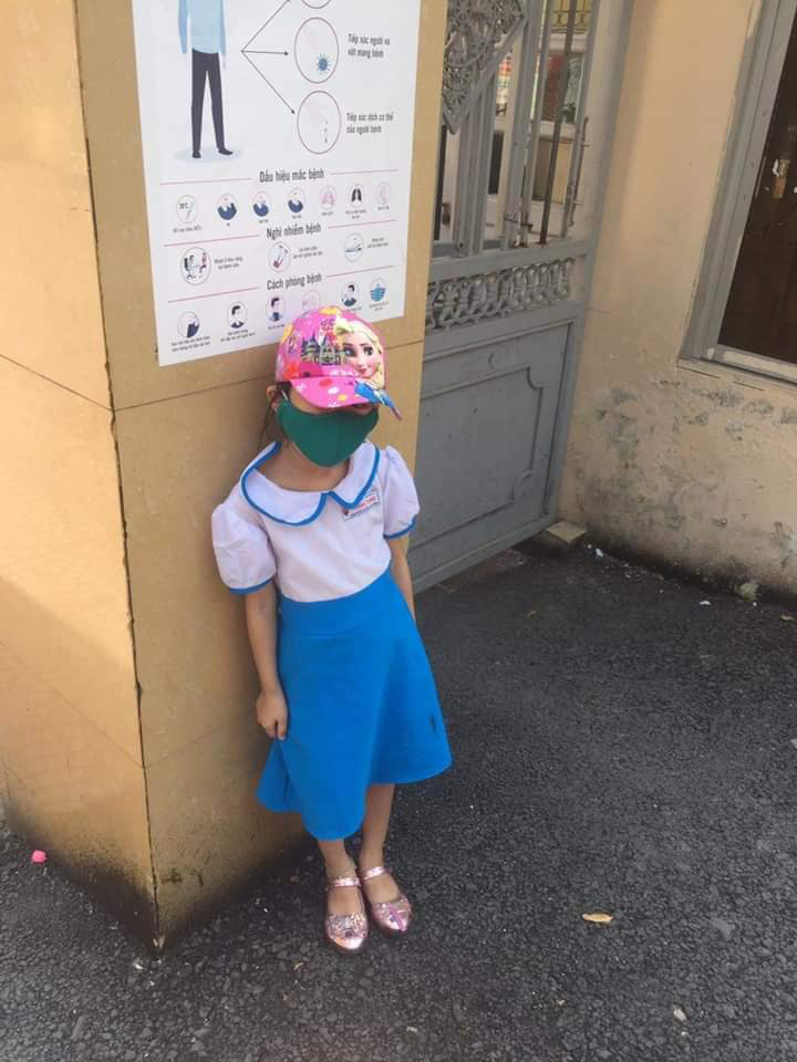 Học sinh lớp 1 đứng ngoài cổng trường 15 phút giữa trưa nắng nóng.