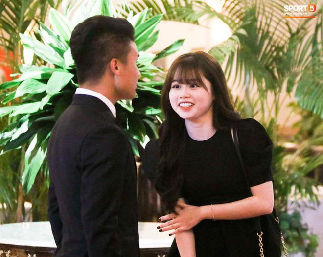 Bạn gái Quang Hải cũng không thoát khỏi 'cán cân' ảnh trên mạng - ngoài đời: Bạn thích bên nào hơn?