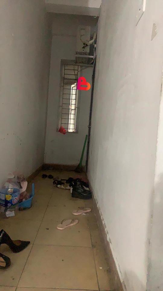 Đến cửa phòng cô gái, anh chàng thấy có đôi giày nam lạ