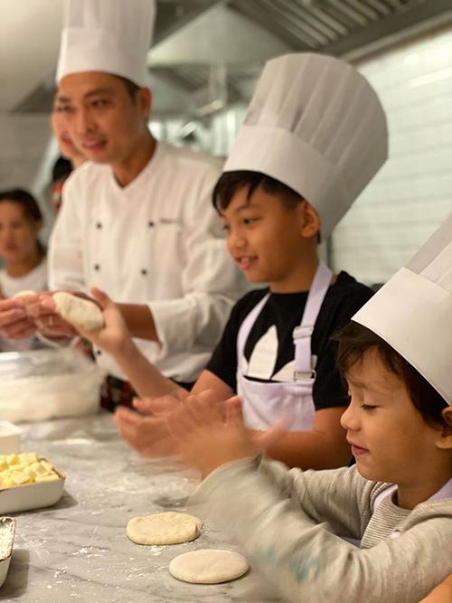 Subeo luôn tập trung cao độ và nghe từng hướng dẫn nhỏ của thầy dạy làm bánh.