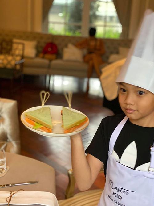 Cậu nhóc tự hào khoe chiếc bánh do mình thực hiện.