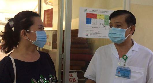 Bác sĩ Nguyễn Thành Phong chúc mừng bệnh nhân 278 đã khỏi bệnh và xuất hiện. Ảnh cắt từ clip/ Tuổi trẻ.