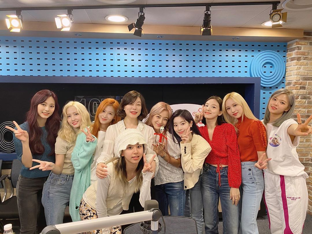 Lần comeback này cũng đặc biệt hơn khi Mina lần đầu quảng bá cùng 'hội chị em', sau thời gian ngưng hoạt động vì bệnh tâm lý.