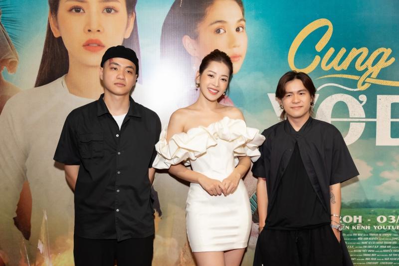 Chi Pu bên cạnh nhạc sĩ Kiên (đứng bên trái) và giám đốc sáng tạo của MV Jamezz Nguyễn (đứng bên phải) trong buổi họp báo ra mắt MV.