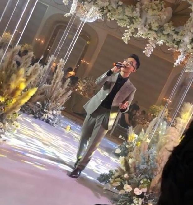 Hoàng Dũng hát trong bữa tiệc chúc mừng cho cặp đôi
