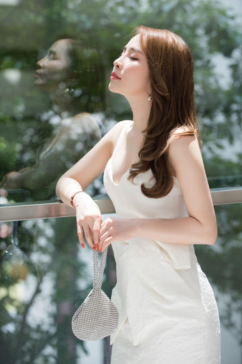 Quỳnh Nga mặc váy trắng muốt tiểu thư, xách túi giọt nước lạ mắt đi sự kiện 0
