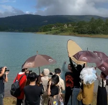 Hồ Ngọc Hà được dân tình đồn đoánđi chụp ảnh cưới tại Huế