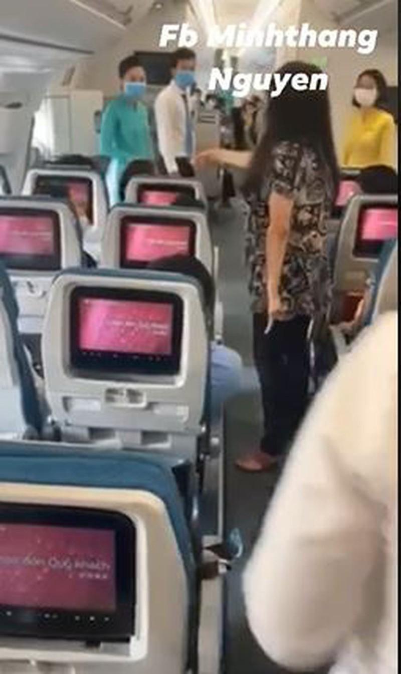 Trước đó, 1 người phụ nữ liên tục la hét trên máy bay gây bức xúc.