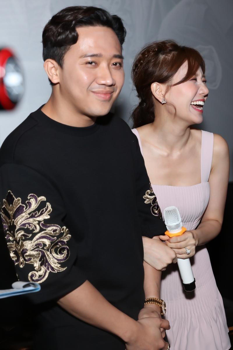 Vốn thân thiết và dành nhiều tình cảm quý mến cho Tuấn Trần, vợ chồng Trấn Thành – Hari Won có mặt tại sự kiện ủng hộ tinh thần đàn em. Cặp đôi diện trang phục giản dị song vẫn thu hút sự quan tâm đặc biệt của giới truyền thông.