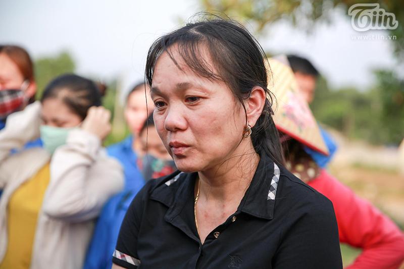 Chị Phương Thảo ứa nước mắt trong chiều tiễn đưa bé An...