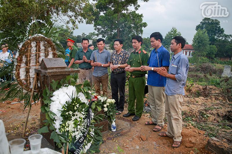 Các ban ngành đoàn thểthị xã Thanh Mỹ và thị xã Sơn Tây thắp nhang cho bé An.