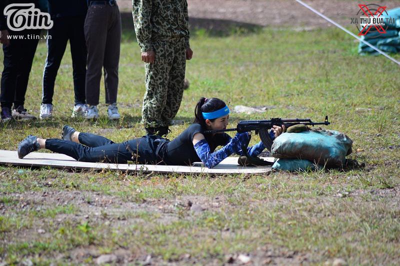 Diễn viên Châu Sa thử sức với phần thi bắn súng đạn thật