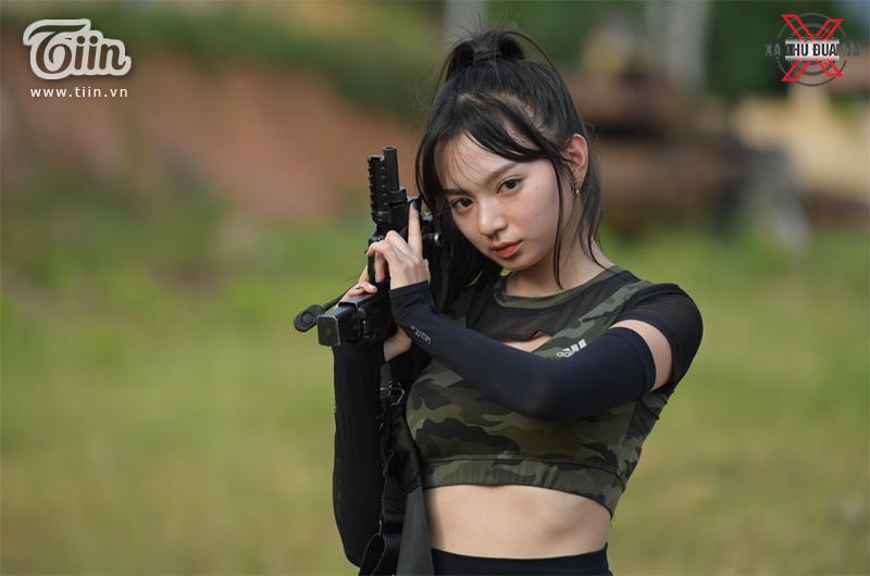 Kim Chi 'ngầu đét' khi cầm súng