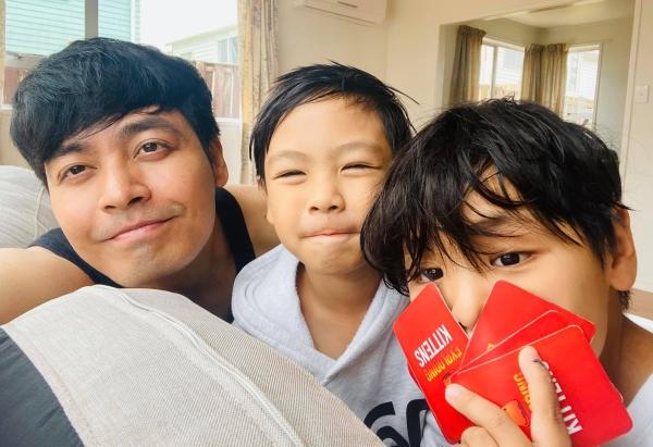 Thời gian còn lại, anh dành cho gia đình của mình. MC Phan Anh thường đi du lịch cùng vợ con.