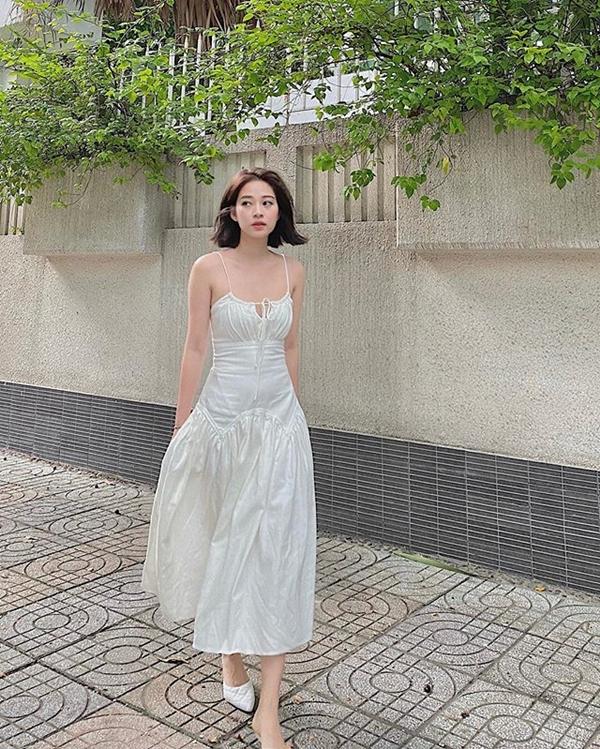 Cùng chung ý tưởng diện trang phục màu trắng nhưng Mai Anh lại ưu ái thiết kế đầm hai dây chiết eo duyên dáng. Thiết kế vừa nữ tính, ngọt ngào nhưng cũng không kém phần quyến rũ được cô nàng phối cùng phụ kiện giày cao gót ton sur ton.