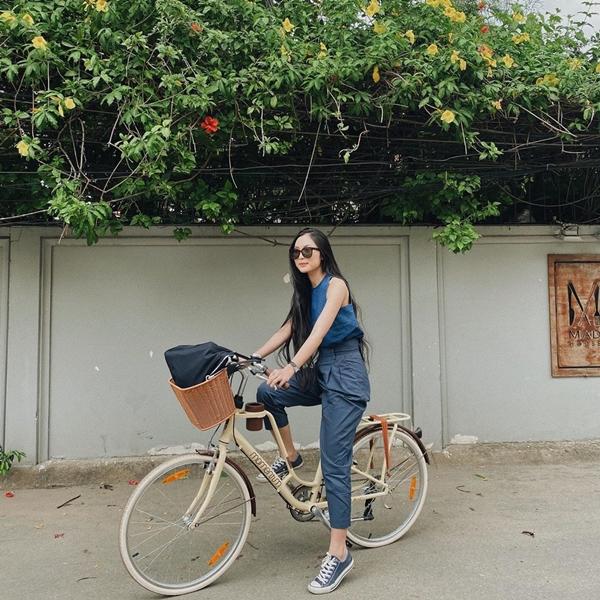 Helly Tống xuống phố mùa hè với bộ cánh trẻ trung, đơn giản mà vô cùng tôn dáng. Nàng hot girl diện áo ba lỗ sơ vin cùng quần cạp cao, không quên xỏ thêm một đôi giày sneakers năng động.