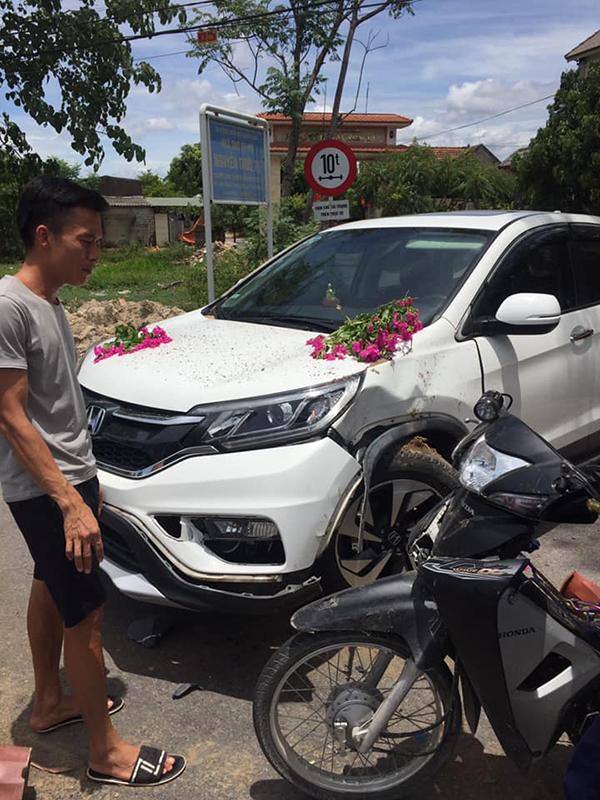Va chạm giao thông giữa xe máy và xe ôtô. Ảnh Otofun.
