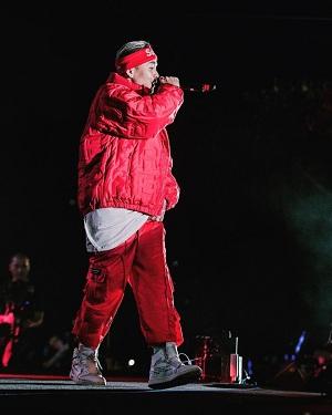 Sắc đỏ - đen - trắng 'bao trùm' các bộ trang phục của anh rapper nổi tiếng, giúp anh thu hút sự chú ý không chỉ nhờ style cool ngầu, tạo ấn tượng mạnh với khán giả.