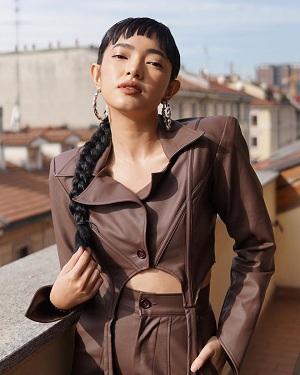 Trong khi đó 'cô bạn' của nam rapper - Châu Bùi là một biểu tượng thời trang sở hữu gu thẩm mỹ đẹp mắt và tinh tế có sức ảnh hưởng lớn đối với giới trẻ, mỹ nhân không ít lần trở thành người Việt Nam vinh dự nhận lời mời trực tiếp từ các nhà mẫu danh tiếng.