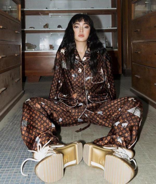 Và ngay cả khi diện cây pijama xịn sò, khách VIP của Louis Vuitton cũng phải thể hiện sự khác biệt nhờ đôi giày thể thao cực hầm hố và khác biệt.