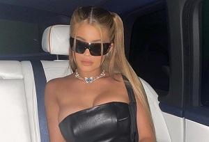 Fashionista được yêu thích nhất nhì thế giới Kylie Jenner còn sở hữu cho mình hẳn một bộ sưu tập cánh bướm sang chảnh. Phải kể đến trong đó chiếc vòng cổ kim cương xa xỉ trị giá 60.000 USD (tương đương hơn 1.39 tỷ đồng) có đính 'bé' bướm màu xanh của Elliot Eliantte.