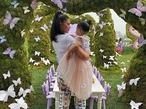 Khi chụp ảnh 'nhá hàng' hãng mỹ phẩm mang tên con gái cưng - Stormi, em gái nhà Kim còn lấy khu vườn cổ tích cùng đàn bướm gam tươi sáng, rực rỡ và sôi động đã được lấy làm hình tượng chủ đạo. Và ngay cả chiếc quần pastel cô mặc cũng có họa tiết độc đáo này, góp phần thêm màu sắc huyền ảo, tạo nên xu hướng được nhiều cô nàng yêu thích.