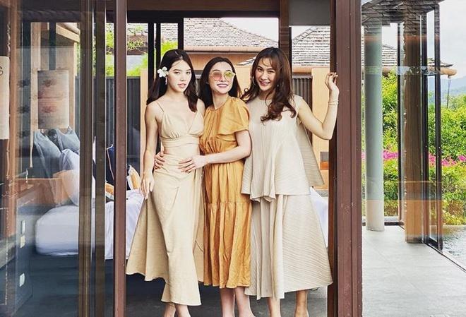 Các cô nàng trong hội bạn của Jolie Nguyễn đều có nhan sắc nổi bật, có người nổi tiếng với biệt danh 'mỹ nữ ngân hàng'.