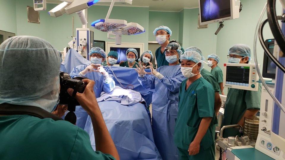 Ca phẫu thuật sau 12tiếng đã thành công, 2 bé được tách rời khỏi nhau.