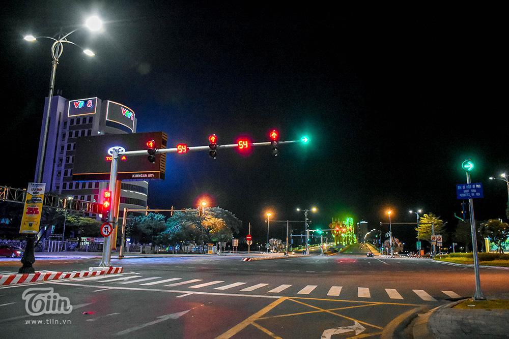 Đêm 1/8, Đà Nẵng tiếp tục căng mình trong cuộc chiến chống Covid-19. Thành phố du lịch chìm trong sự vắng lặng do người dân thực hiện giãn cách xã hội, không ra đường.