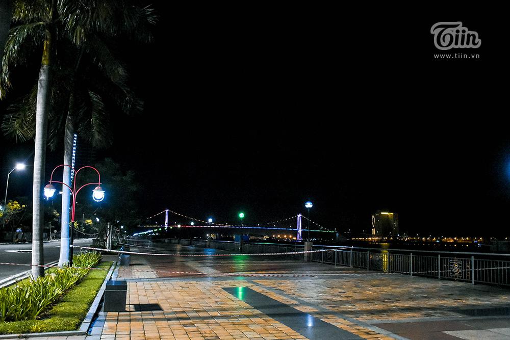 Những khu vực ven sông là điểm hóng mát của hàng trăm người khi đêm về, cũng là tụ điểm diễn ra các hoạt động vui chơi sôi nổi giờ nhường chỗ cho rào chắn hoặc biển cấm.