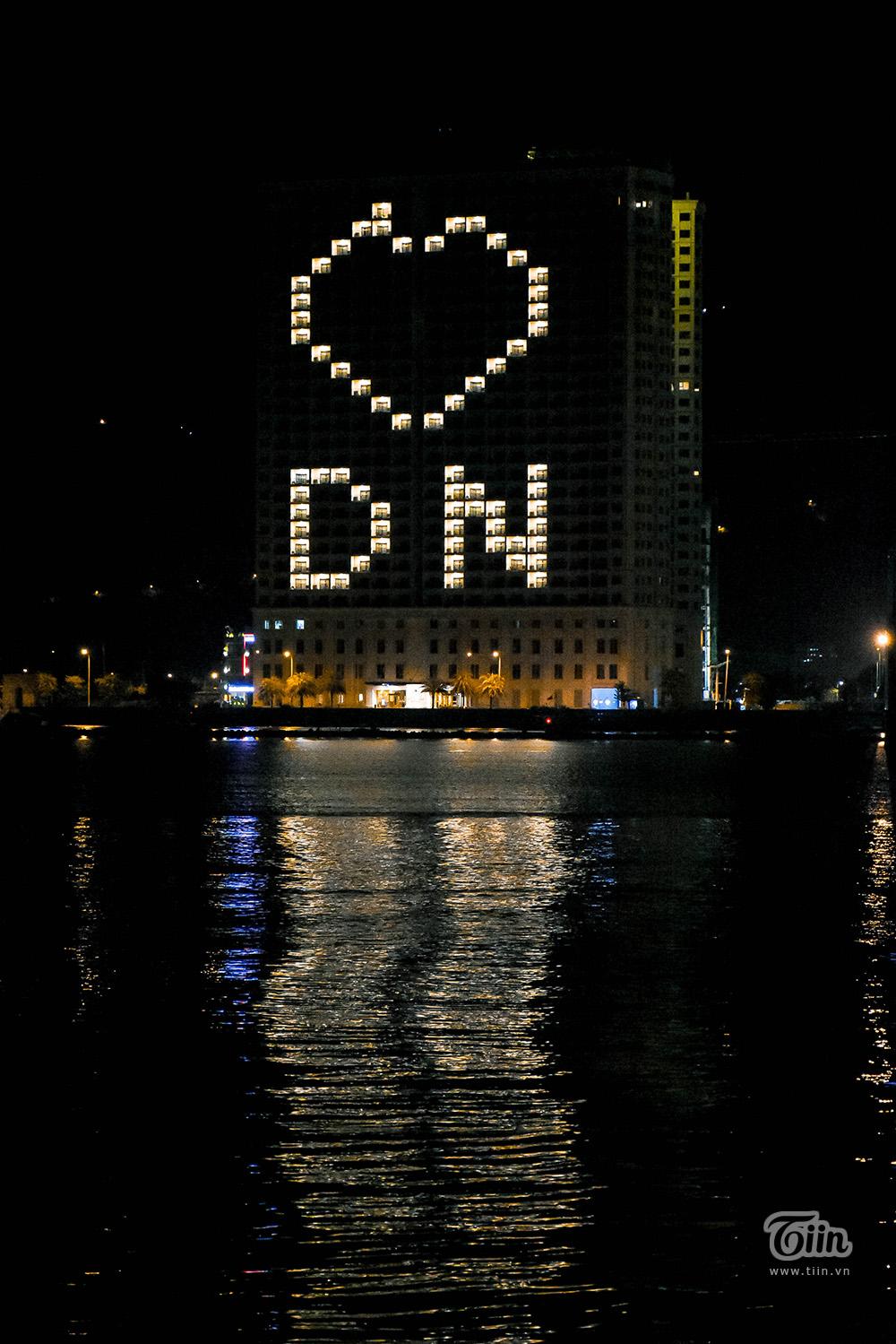 Điều ấm lòng là khoảnh khắc ai đó vô tình nhìn thấy biểu tượng Tôi yêu Đà Nẵng trên một số tòa cao tầng. Bằng cách bật điện phòng và set up theo bố cục, những khẩu hiệu động viên hiện lên rực rỡ.
