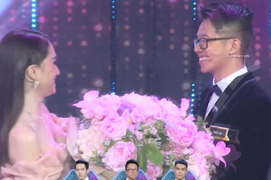 Hương Giang đã trao hoa cho Matt Liu