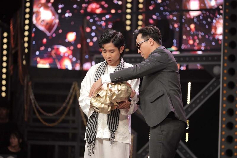 Anh chàng trở thành thí sinh đầu tiên nhận được mũ vàng từ HLV, cũng là ngườiđầu tiên nhận được cả 4 chiếc từ Suboi, Wowy, Binz và Karik.