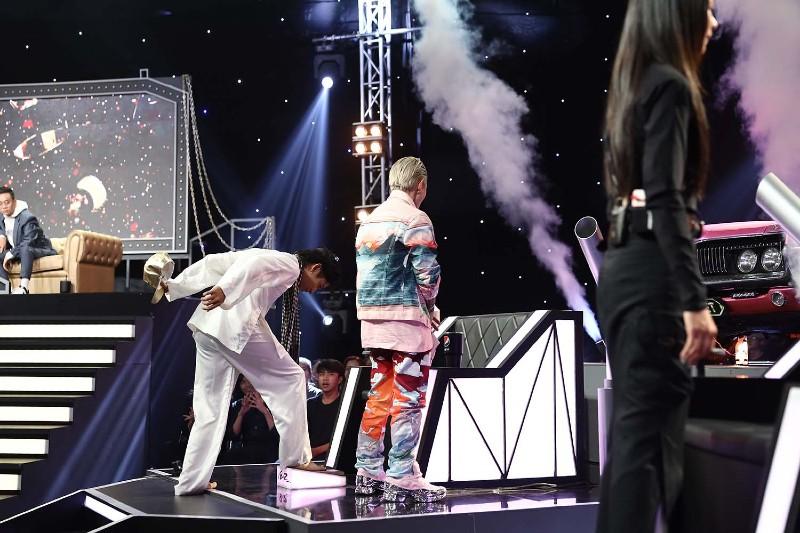 Khoảnh khắc Ricky Star nhấn nút chọn Binz là người dẫn dắt mình trong Rap Việt.