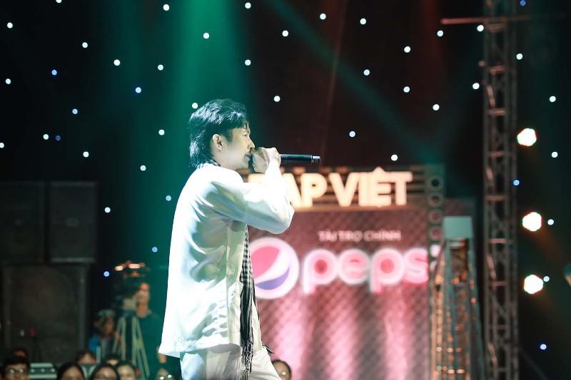 Ricky Star trên sân khấu của Rap Việt tập 2.