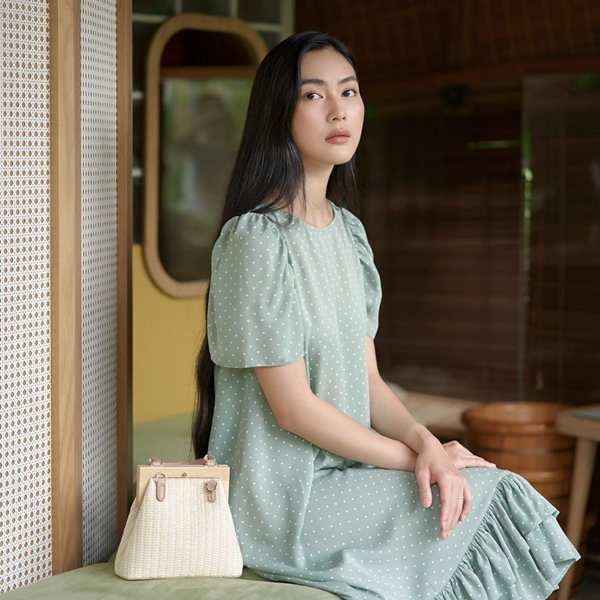 Trái với phong cách cá tính có phần nổi loạn của Quỳnh Anh Shyn, Helly Tống lại chọn hình ảnh nhã nhặn, nữ tính với váy chấm bi màu pastel, phom dáng xòe nhẹ nhàng.