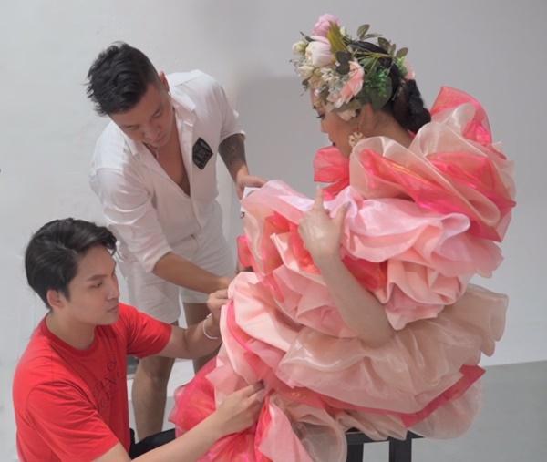 Tháp tùng Lan Khuê tại buổi chụp, NTK Nguyễn Đạtcẩn thận chỉnh sửa từng chi tiết để nàng Hậu tự tin tỏa sáng nhất.