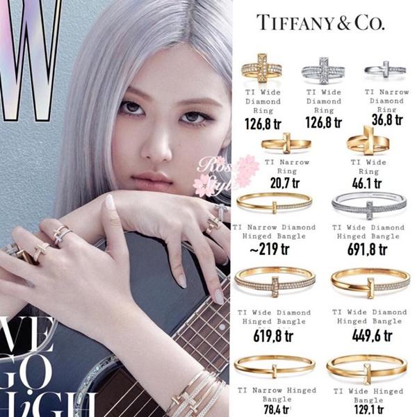Được biết, các phụ kiện mà Rosé lựa chọn đều đến từ thương hiệu trang sức nổi tiếng đắt đỏ - Tiffany & Co, tính sơ sơ thì loạt những món đồ mà cô nàng đeo trên tay ngót nghét 2,5 tỷ đồng.