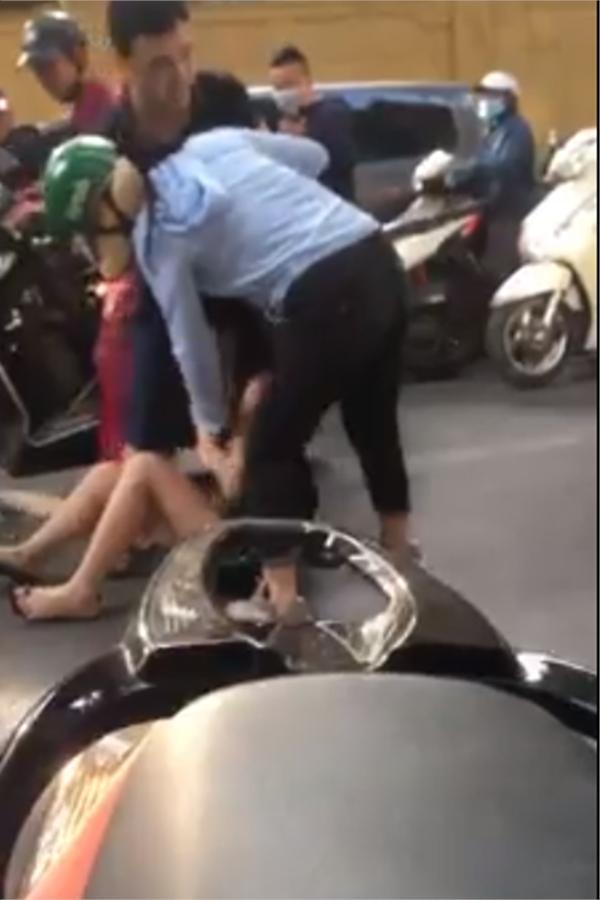 Chồng chỉ chăm chăm can vợ, bảo vệ bồ. (Ảnh cắt từ clip)