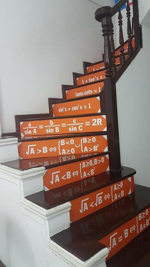 Một thầy giáo dạy Toán cũng từng gây sốt khi dán công thức môn Toán lên chính cầu thang nhà mình