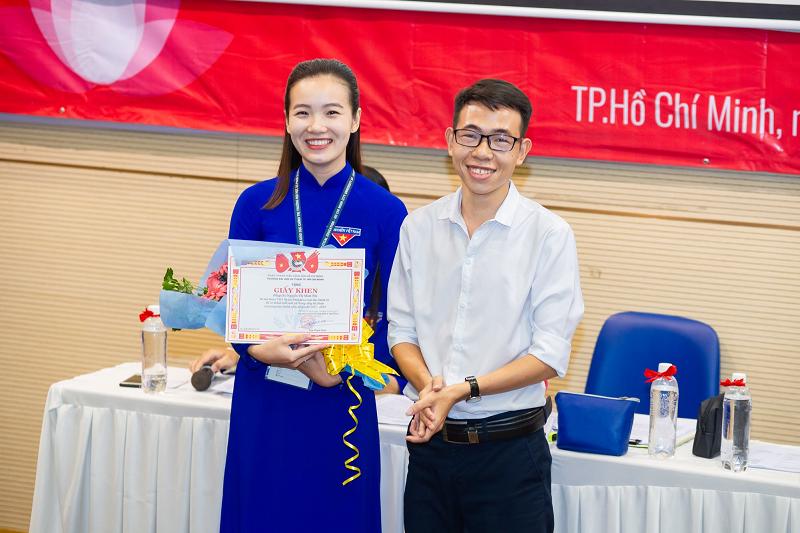 Sau khi tốt nghiệp Minh Nhi về giảng dạy tại trường THPT chuyên Lê Hồng Phong, TP.HCM