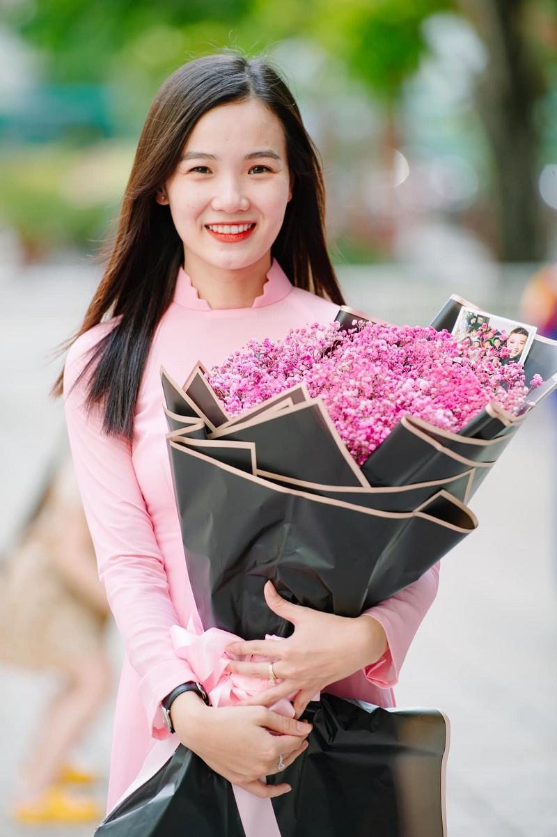 Cô gái duyên dáng trong tà áo dài với nụ cười tươi rói luôn thường trực trên môi
