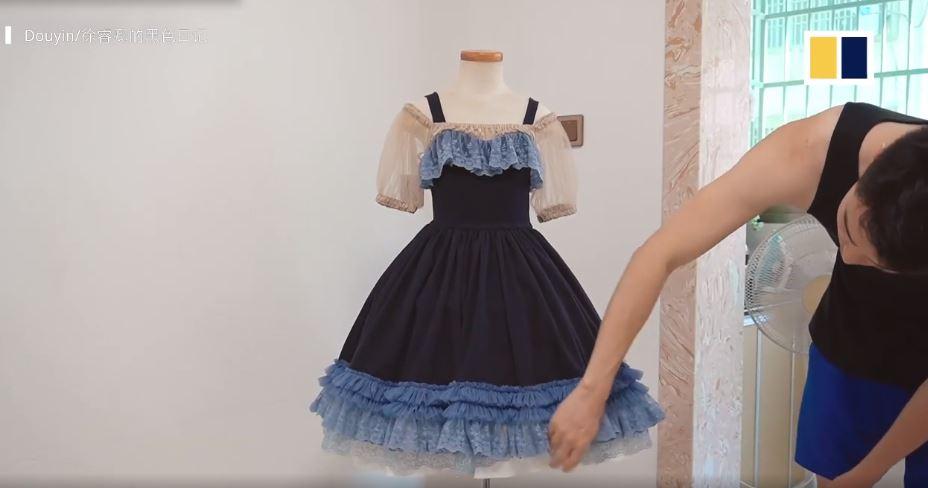 Góc 'bố nhà người ta' khéo tay hay làm: Tự may hơn 100 bộ váy cho con gái, bộ nào cũng đẹp xuất sắc 1