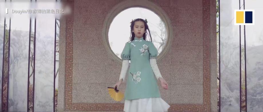 Góc 'bố nhà người ta' khéo tay hay làm: Tự may hơn 100 bộ váy cho con gái, bộ nào cũng đẹp xuất sắc 2