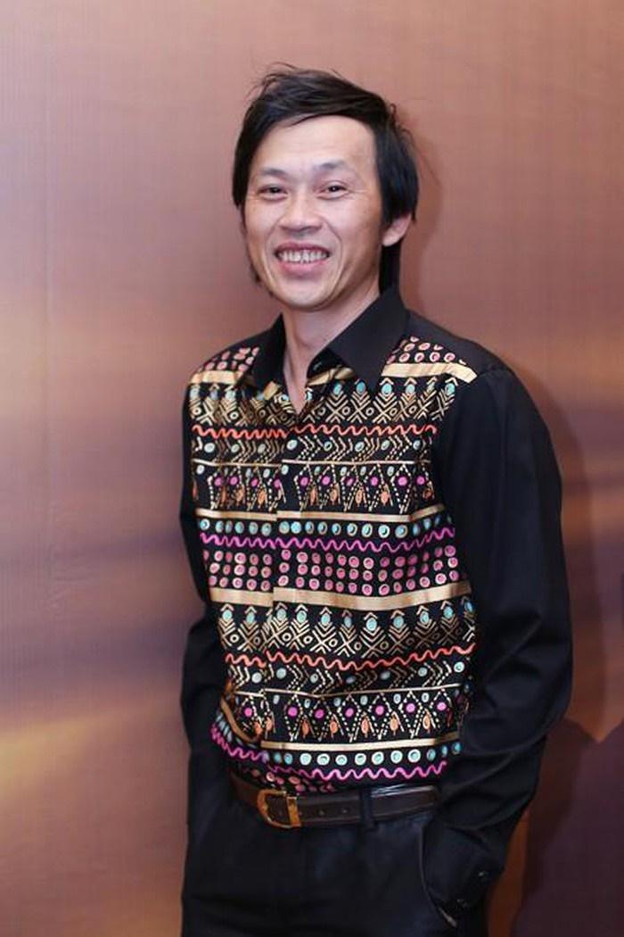Ngoài những set đồ đậm chất truyền thống, Hoài Linh cũng hay diện quần tây áo sơ mi tối giản và lịch sự để đến tham gia các chương trình.