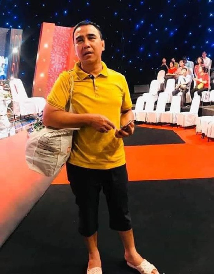 Ông xã doanh nhân Dạ Thảo không ngại mặc áo thun quần lửng, mang dép tổ ong rồi xách túi tái chế từ bao thức ăn đến phim trường.