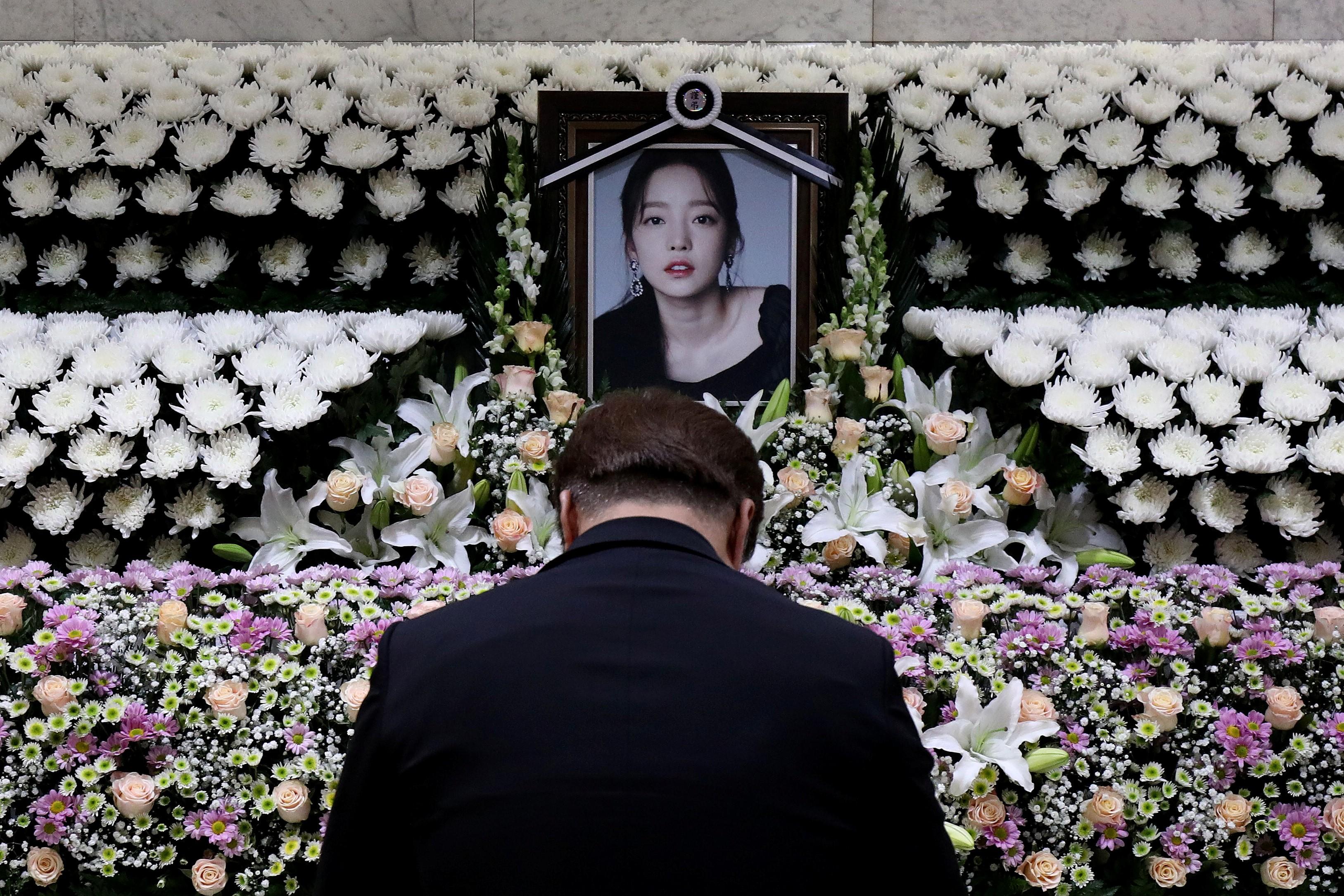 Tang lễ của Goo Hara do một mình anh trai đứng ra lo liệu, bố mẹ không có mặt.