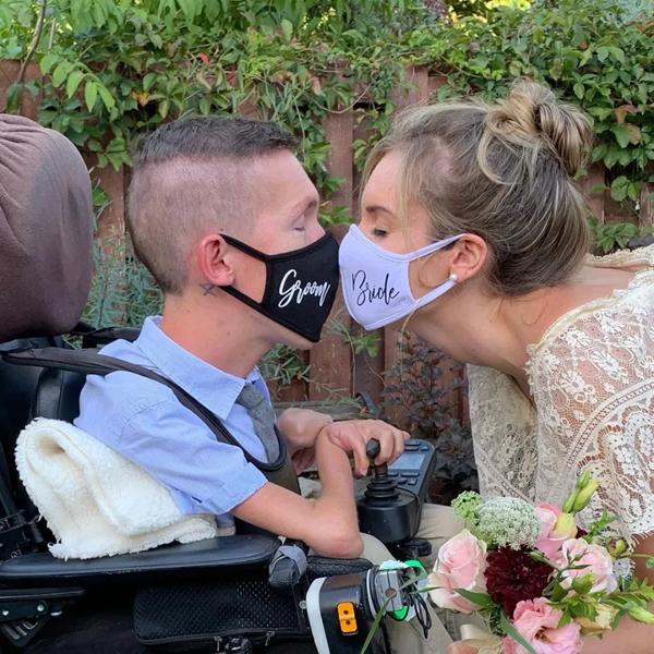 Cô gái xinh đẹp kết hôn cùng chàng trai teo cơ ngồi xe lăn: 'Tôi hạnh phúc khi ở cạnh người đàn ông tuyệt vời' 0