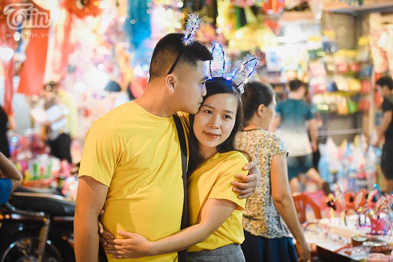Một cái ôm và nụ hôn nhẹ của cặp đôi trên phố Hàng Mã báo hiệu một mùa thu ấm áp dù tiết trời se lạnh.